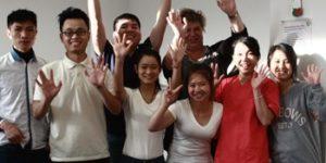 Gruppe vietnamesischer Auszubildender in der Berufsfachschule für Altenpflege.