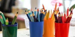 Buntstifte für kreatives Arbeiten in der Ausbildung zum Sozialassistenten an der Elsa-Brändström-Schule für Sozialwesen.