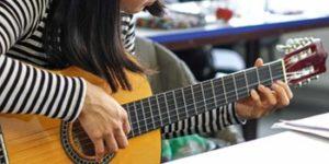 Erzieherin in der Ausbildung, hier Gitarrenunterricht an der Elsa-Brändström-Schule für Sozialwesen.