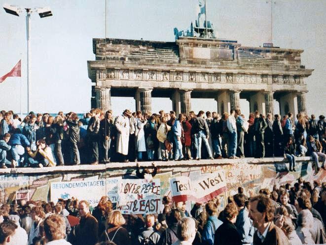 Der Fall der Berliner Mauer, 1989. Das Foto zeigt einen Ausschnitt einer öffentlichen Fotodokumentationswand am Brandenburger Tor, Berlin.