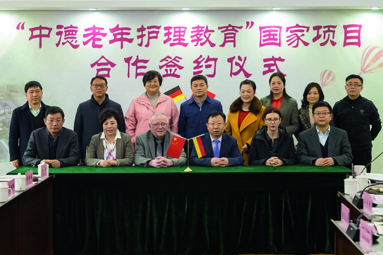Gruppenbild Unterzeichnung Kooperationsverträge Sino-German-Eldercare-Project