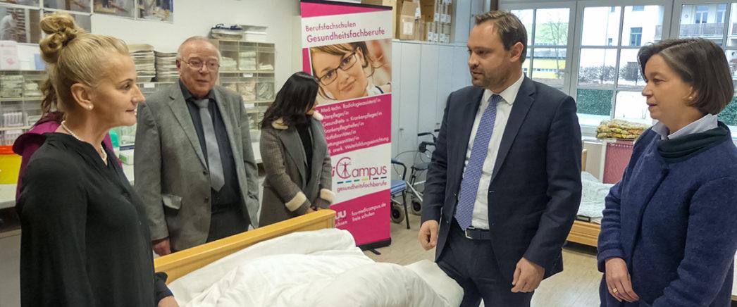 Herr Alexander Dierks MdL, Stadträtin Almut Patt und die Geschäftsleitung der fuu-sachsen im Praxisraum des mediCampus Chemnitz.